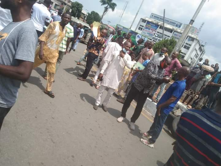 Videos/Photos: Thousands Of Imo Youths Storm Owerri Government House, Demand End to Insecurity, Bad Governance - Vantage News Nigeria